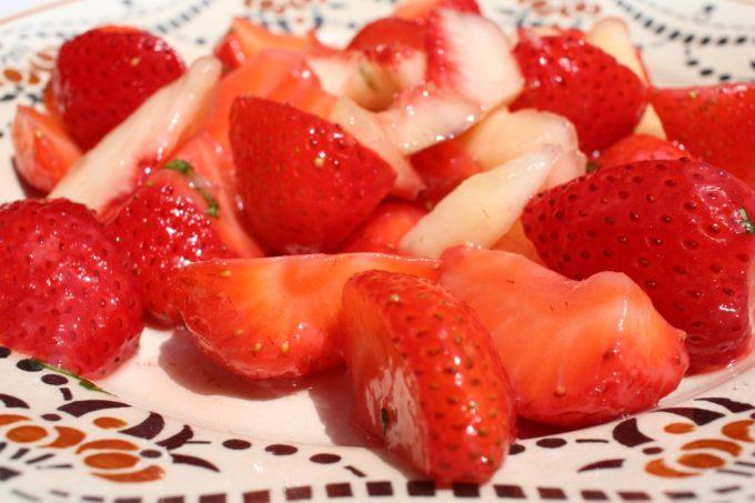fraises pêches basilic
