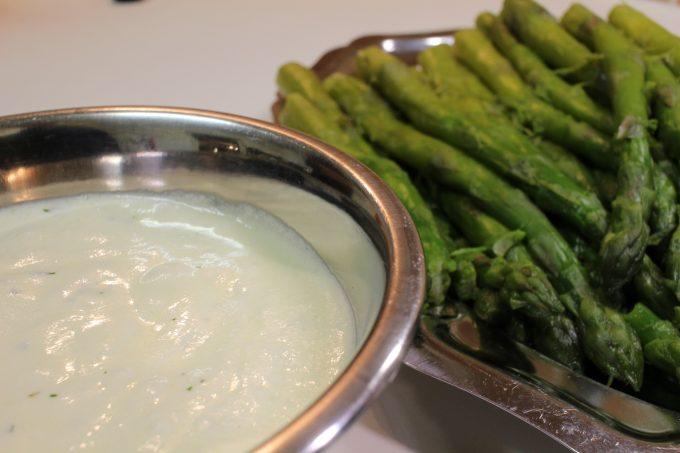 asperges à la sauce à l'estragon