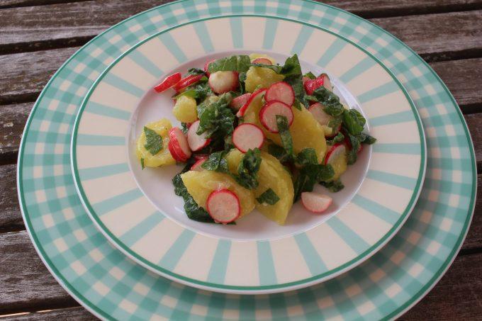Salade de pommes de terre aux radis et fanes